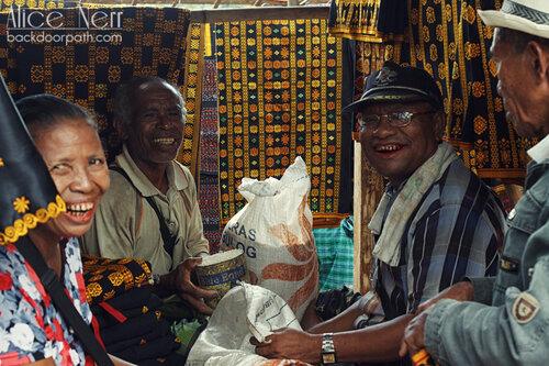 улыбающиеся старички жуют бетель