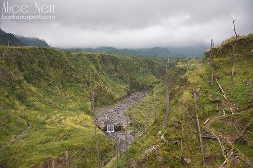 река рядом с вулканом Мерапи