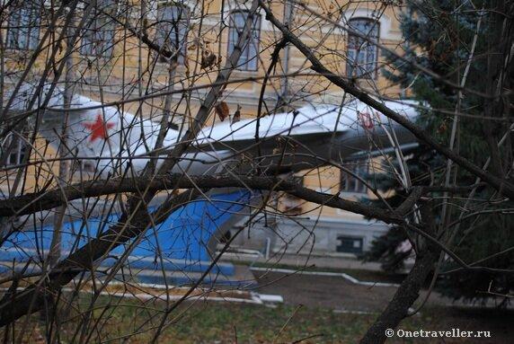 Самолет на территории бывшего Оренбургского летного училища