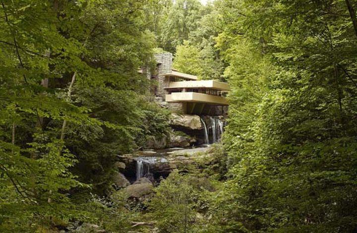 Дом был разработан Франком Ллойдом в 1935 году и сейчас является достопримечательностью.