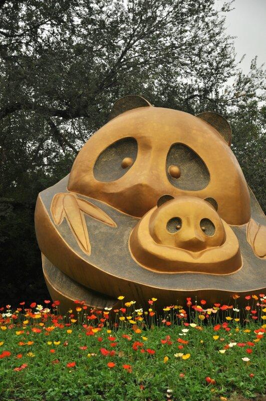 Памятник маме панде и ребенку панде