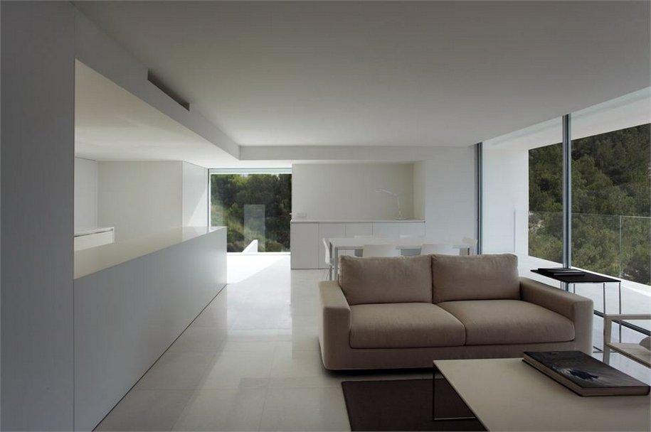 Невероятный дом на скале в Испании