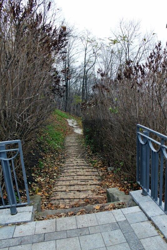 Дорожка к памятнику Владимиру Крестителю