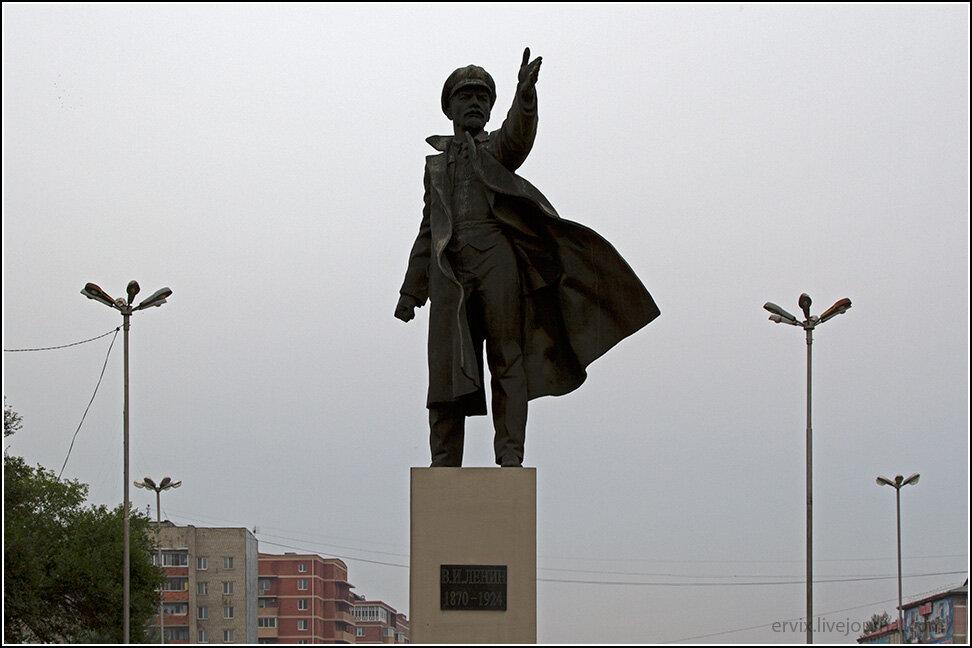 Памятник Ленину на вокзале Уссурийска