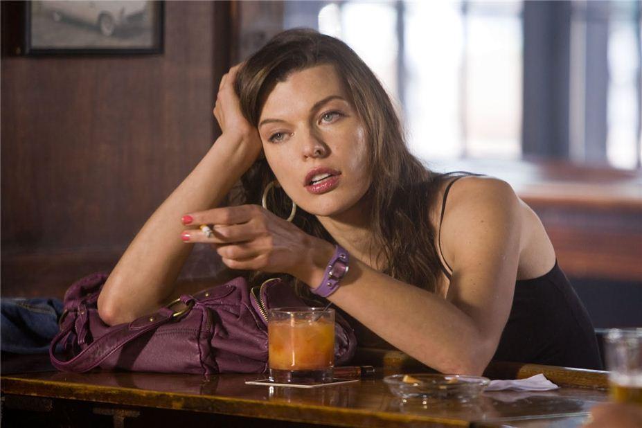smoking Milla Jovovich / Милла Йовович с сигаретой