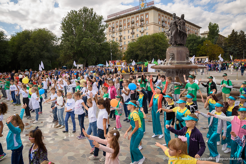 танцующие дети на площади у фонтана