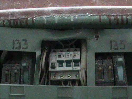 Фото 2. В этажном щите срабатывает один из квартирных автоматических выключателей, отвечающий в частности за освещение кухни.