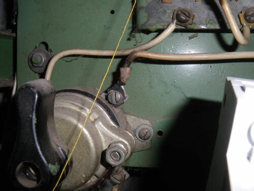 Фото 22. Изоляция фазного провода, подходящего к соседнему, ещё работающему пакетному выключателю имеет дефект, возникший вследствие систематического перегрева контактов. Крупный план.