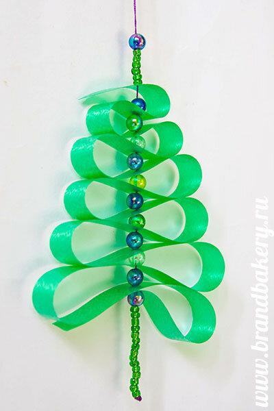 атласная лента.  Новогодняя елочка в миниатюре изготовлена из атласных лент и очень проста в изготовлении. бисер...