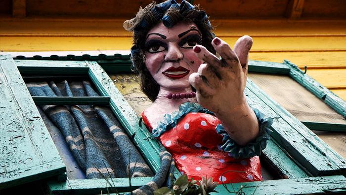 Куклы, изображающие танцовщиц-куртизанок, красуются из окон разноцветных аргентинских домов