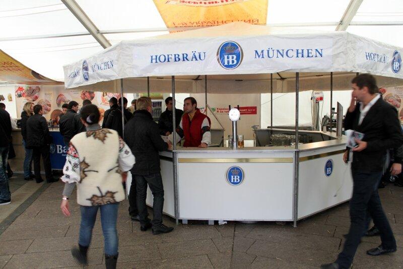 Пивной бар в главном шатре Жовтень Fest