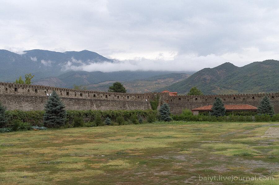 Вид из крепости вокруг Светицховели на горы