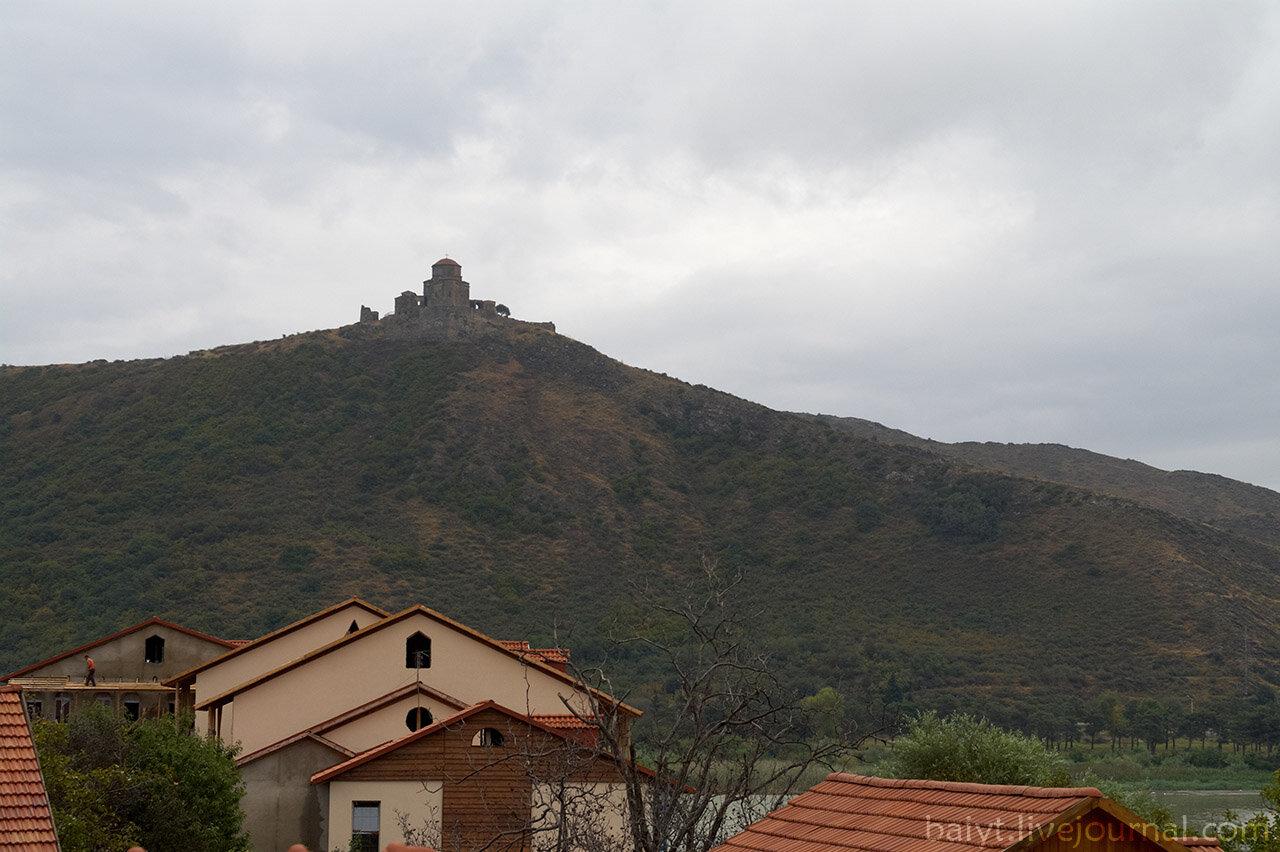 Утренние виды с балкона гестхауза. Виден монастырь Джвари на горе