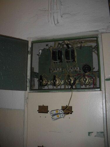 Фото 6. Установка автоматических выключателей современного образца взамен демонтированных автоматов АЕ.