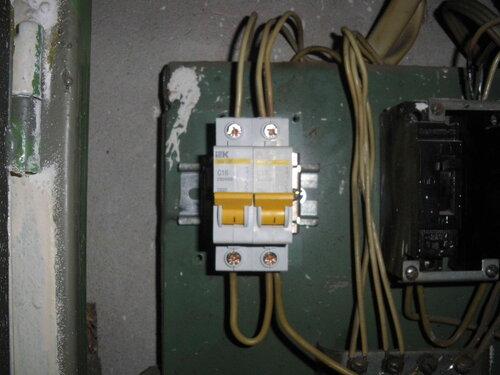 Фото 10. Установка на DIN-рейку ограничителей, препятствующих боковому смещению автоматических выключателей. Вид спереди.
