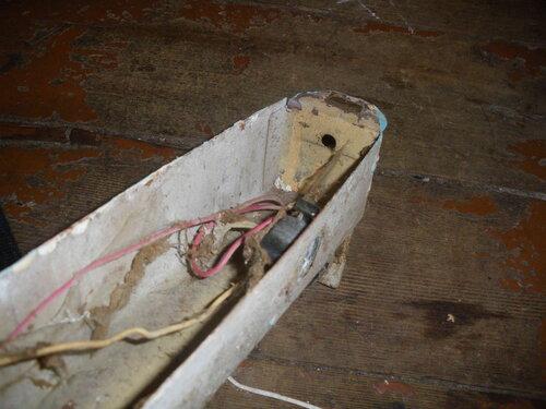 Фото 9. Гнездо стартёра и собственная проводка демонтированного неисправного люминесцентного светильника ванной.
