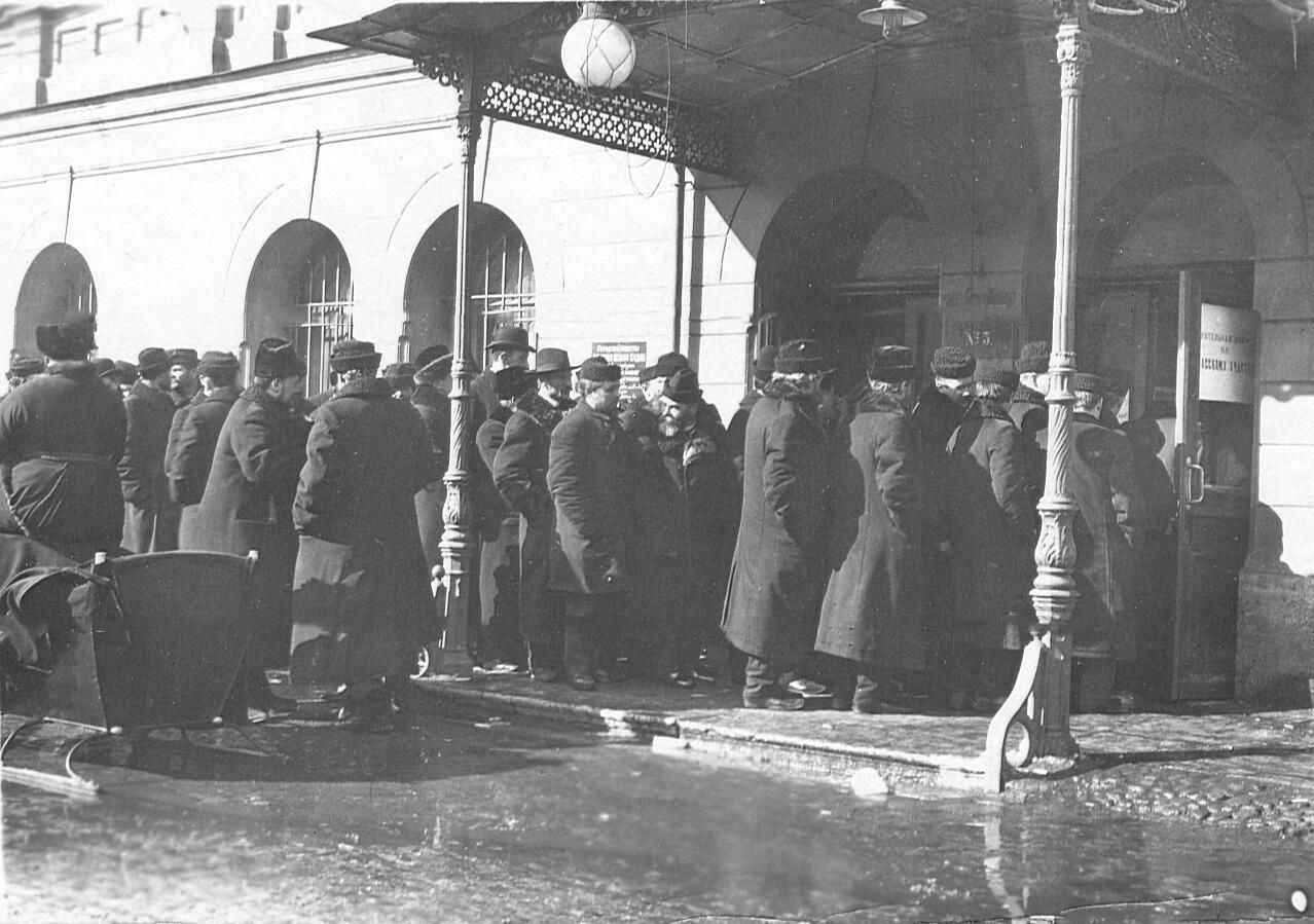 20 марта 1906. Очередь у здания Городской думы во время выборов выборщиков в Первую Государственную думу