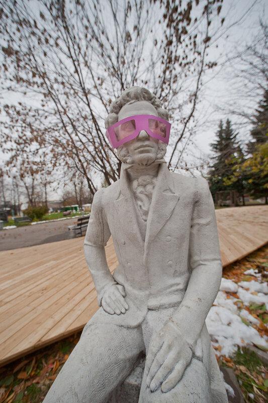 Протираю глаза и вижу: памятник Ганди идет в розовых очках.