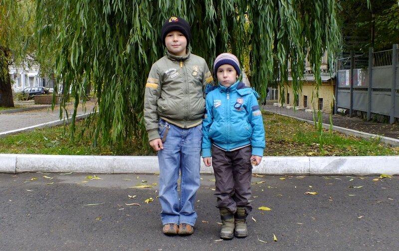 Два мальчика у ивы