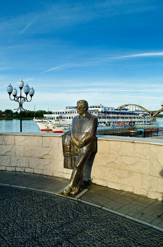 Издалека долго течет река Волга ...