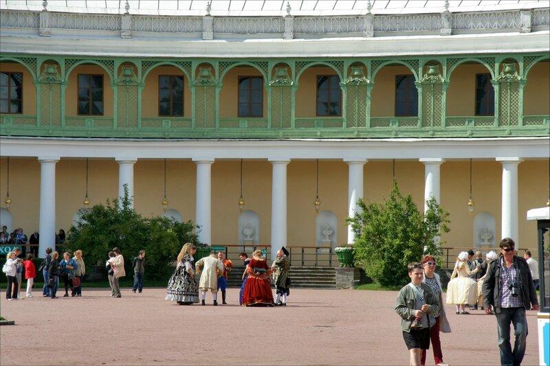 У Павловского дворца