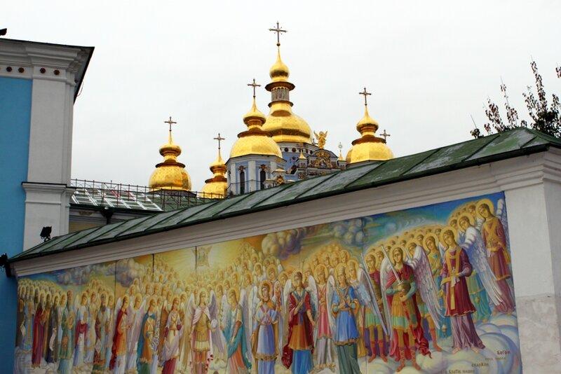Фреска перед входом в Михайловский монастырь