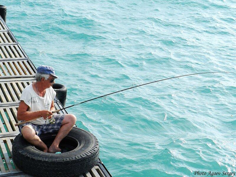 Рыбак на пирсе Витязево
