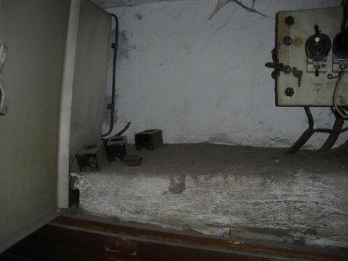 Фото 3. Кожухи патронов ПАР почему-то валяются в пыльном углу этажного щита, в то время как патроны ПАР угрожающе сверкают оголёнными контактами.