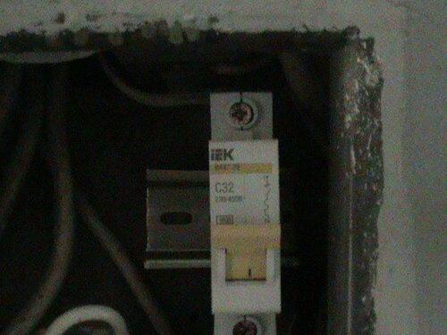 Фото 6. Автоматический выключатель современного образца, установленный взамен вышедшего из строя плавкого предохранителя (пробки). Крупный план.