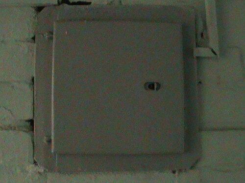 Фото 7. После установки автоматического выключателя взамен пробки следует проверить, нормально ли закрывается дверь этажного щита. В данном случае всё в порядке - дверь полностью закрывается.