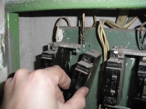 Фото 5. Демонтаж старых автоматических выключателей типа АЕ.