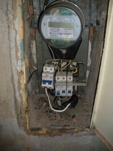 Фото 2. Из-за неисправности светильника ванной комнаты сработал автоматический выключатель в квартирном щите.