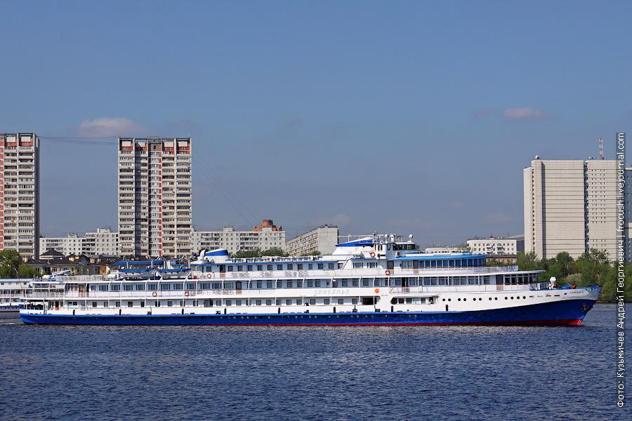 11 мая 2012 года. Теплоход «Прикамье» идет по Химкинскому водохранилищу