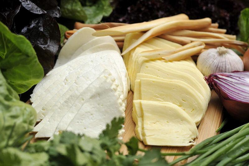 Сыры рассольные имеют плотную нежную мякоть с выделяющейся сывороткой, чистый запах молока и остро-солоноватый вкус.