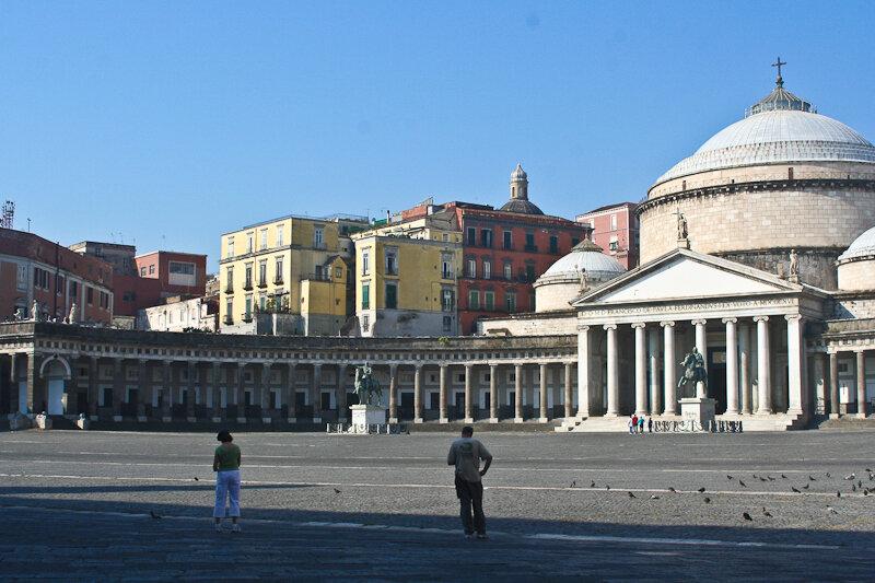 попадаем на центральную городскую площадь –Площадь Референдума (Piazza Plebescito)
