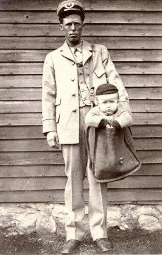 Американский почтальон с ребёнком в сумке