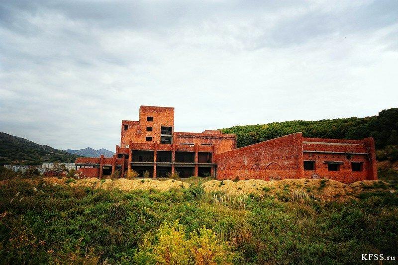 Общий вид на заброшенную гостиницу Восточного порта у моря во Врангеле