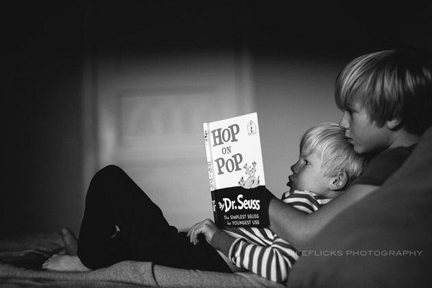 Старший брат читает мне книгу.