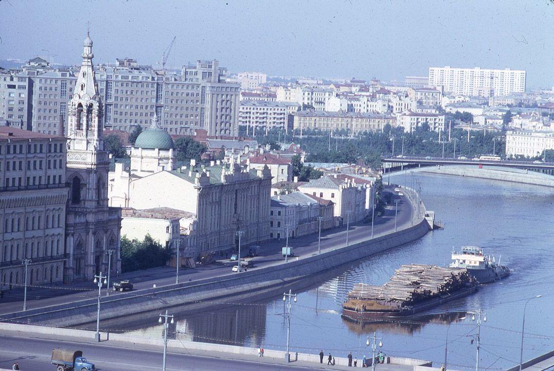 11. Ночная Москва. Пустынна и спокойна. Раньше ночью люди в Москве спали.