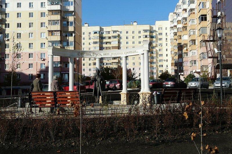 Памятник Есенину и колоннада
