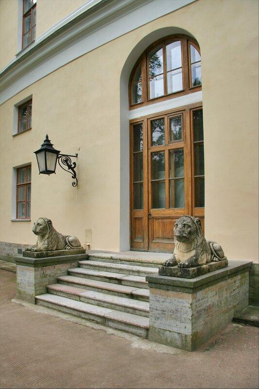 Львы у подъезда Павловского дворца