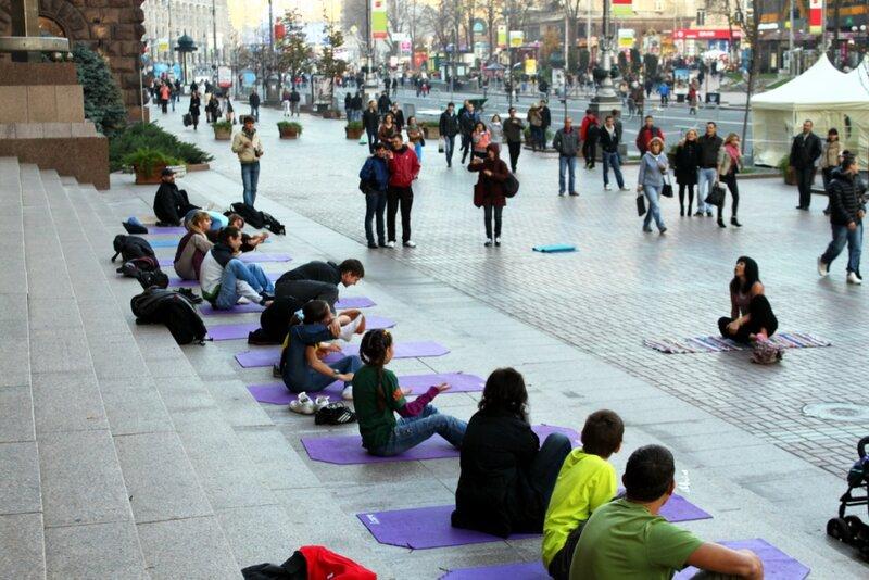 Урок йоги на ступенях мэрии Киева