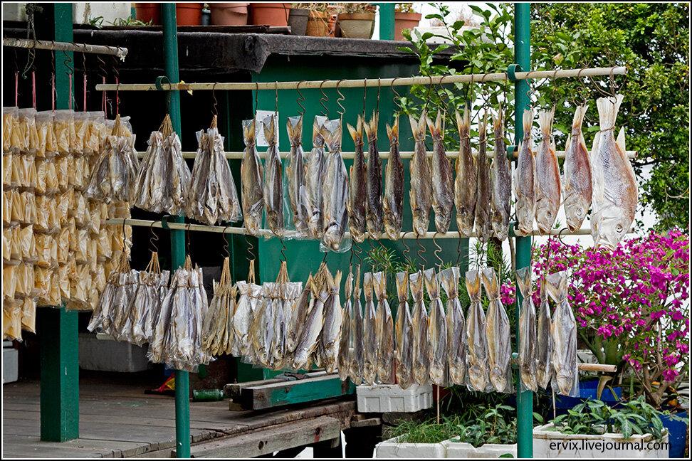 У пристани - небольшой рыбный рынок, где можно за совсем небольшие деньги купить вяленую и копченую рыбу местных видов.