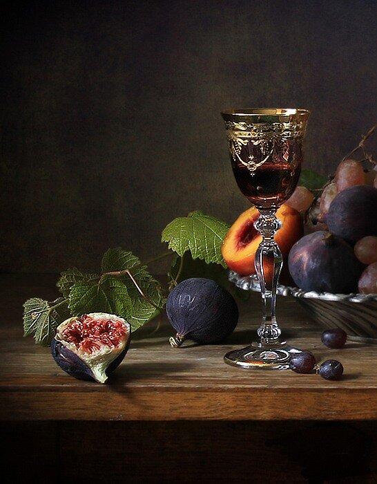 Бокал вина, и сливы, и солнца свет, впитавший виноград!