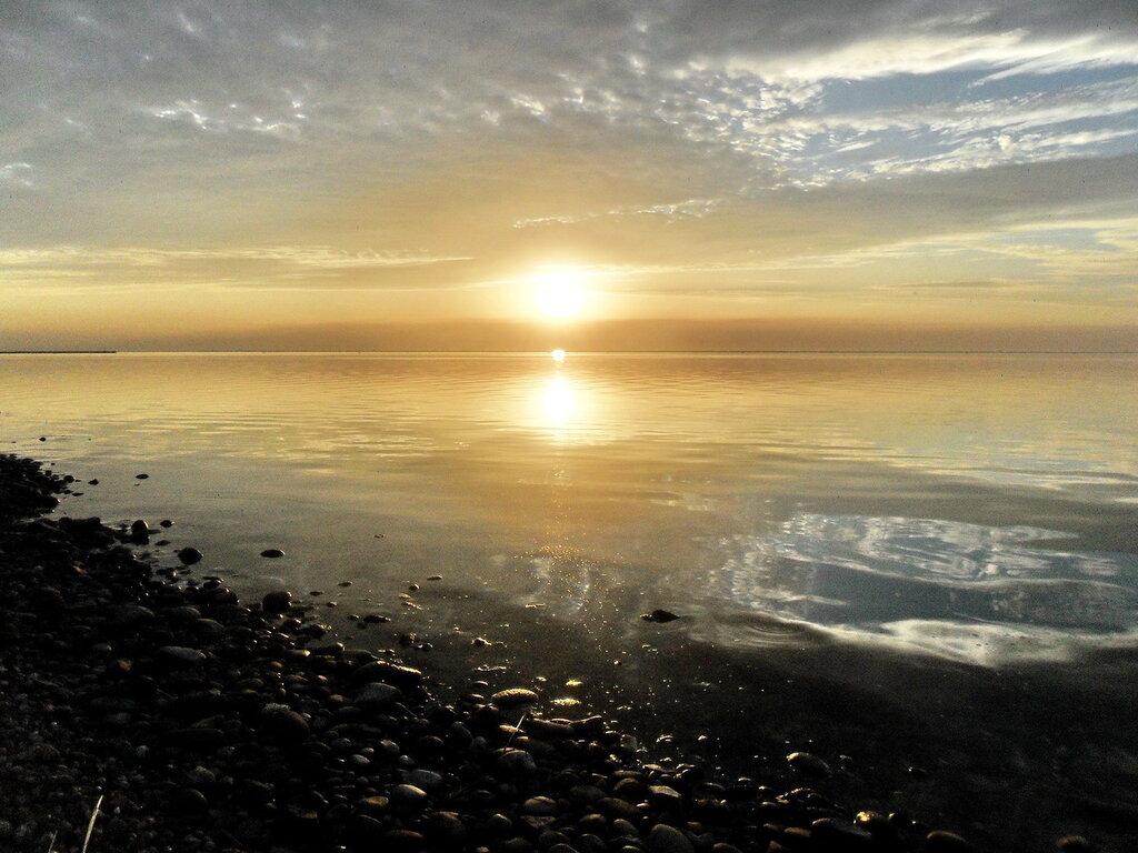 На закате, осень у моря