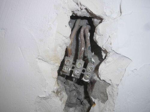 Фото 5. Винтовой клеммник, с помощью которого несколько лет назад было выполнено надставление стационарной проводки электроплиты. Обратите внимание - провода имеют недопустимо малое сечение.