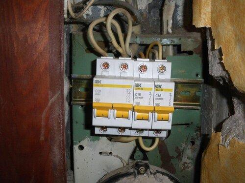 Фото 6. Новые автоматические выключатели. Крупный план.