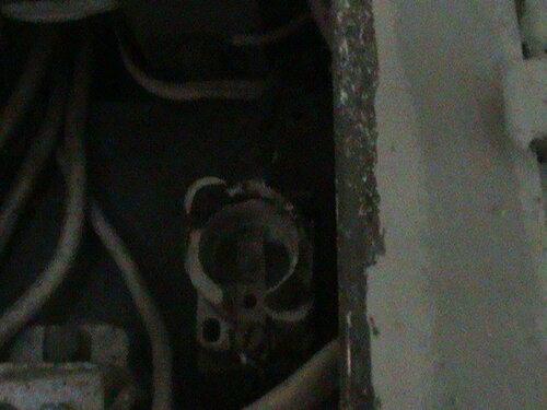 Фото 2. Повреждённый патрон (основание) плавкого предохранителя (пробки) вводного устройства. Резьбовое кольцо выпало вместе с пробкой.