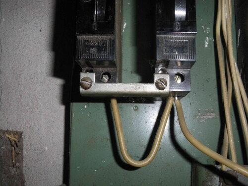 Фото 4. Способ крепления автоматических выключателей типа АЕ с помощью металлический пластины считается крайне неудачным.