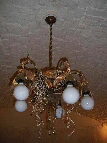 Фото 7. Люстра, работа которой ранее регулировалась вышедшим из строя диммером «Легран» («Legrand»). Сейчас функцию управления освещением выполняет временный выключатель.